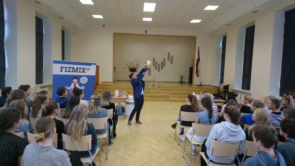 FIZMIX sveic Ogres 1. vidusskolu ar jauno dabaszinību laboratoriju